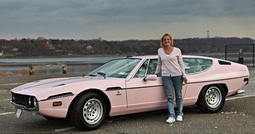 ランボルギーニ・エスパーダをピンクに全塗して乗り回す ファンキーお婆ちゃんの物語 クラシックカー美女